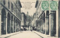 Chambéry (Savoie) : La Rue de Boigne ; Les Portiques ; au fond, le Château des Ducs de Savoie (XIe siècle).