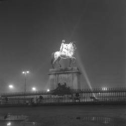La Place Bellecour, la nuit, dans la brume