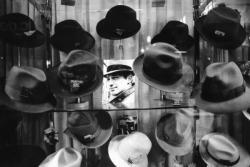 [Devanture d'un magasin de chapeaux]