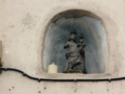 24, rue de Bourgogne : Vierge à l'Enfant dans une niche