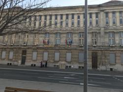 Sur le côté de la mairie du 3e