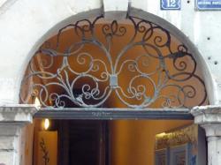 Imposte à arabesques, 12 rue Fernand-Rey
