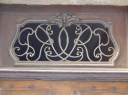 Imposte à monogramme, 8 rue des Augustins