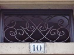 Imposte à monogramme, 10 rue de la Platière