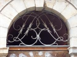 Imposte à monogramme, 11 rue de la Vieille
