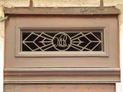 Imposte à monogramme, 17 rue Sala