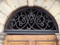Imposte à monogramme, 61 quai Saint-Vincent
