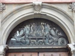 Imposte à monogramme, 68 rue Mercière