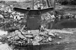 [Pose d'un viaduc métallique sur l'Azergues à Anse (Rhône)]