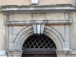Imposte à treillis losangé, 3, rue Louis-Carrand