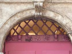 Imposte à treillis losangé, 7 rue Sainte-Catherine