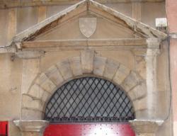 Imposte à treillis losangé, 12 rue du Boeuf