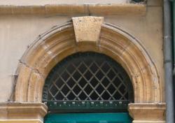 Imposte à treillis losangé, 50 rue Saint-Jean