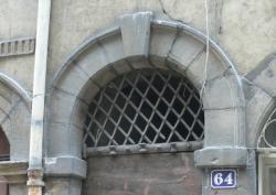 Imposte à treillis losangé, 64 rue Saint-Jean