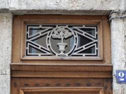 Imposte figurative, 26 rue Auguste-Comte