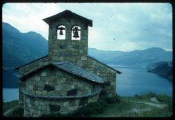 [Une chapelle et la retenue du barrage, Roselend]