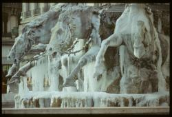 [Détail de la fontaine Bartholdi gelée, place des Terreaux]