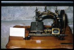 [Machine à coudre anglaise de l'impératrice Eugénie , musée Thimonnier]