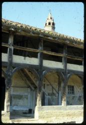 [Saint-Cyr-de-Menthon (Ain) : galerie et cheminée sarrazine de la ferme bressane des Plannonds]