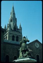 [Le clocher de l'église Saint André et statue, Grenoble]