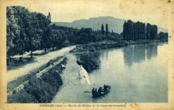 Groslée (Ain) - Bords du Rhône et la ligne du tramway.