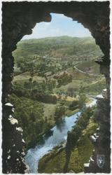 Vallée pittoresque de la Sioule : Regards sur la Vallée par une brèche des murs en ruine de Château-Rocher.
