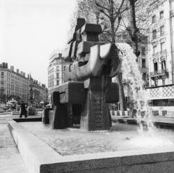 "[""Les Grands-Compas"", sculpture-fontaine de Serge Boyer (1977)]"