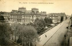Lyon : La Préfecture (ensemble) et rue Servient.