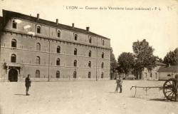 Lyon : Caserne de la Vitriolerie ; cour intérieure.