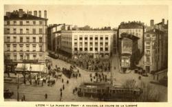 Lyon : La Place du Pont ; à gauche, le cours de la Liberté.