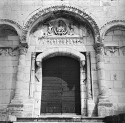 [Porche et tympan de l'église de Saint-Paul-de-Varax]