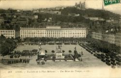 Lyon : Ensemble de la Place Bellecour ; Une revue des Troupes.