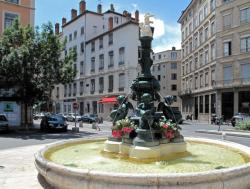 [Fontaine de la place Antoine-Vollon]