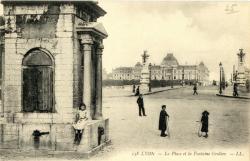 Lyon : La Place et la Fontaine Grolier