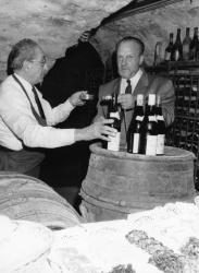 """[Dégustation de vins dans la cave de """"La Tassée""""]"""