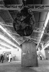 [1re Biennale d'art contemporain de Lyon (1991). Installation d'une oeuvre d'Erik Dietman]