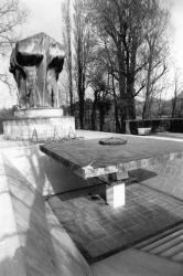 [Monument aux morts de l'Ile-aux-Cygnes]