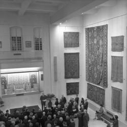 Musée des tissus : expositions de parures et dentelles
