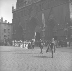 """""""Les Damoiseaux"""" : parvis de la cathédrale Saint-Jean"""