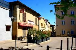 Grande rue, bar le Petit Varenne, Grézieu-la-Varenne