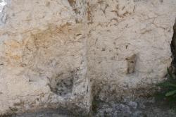 Encoches dans pied droit ouest de l'entrée axiale