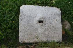 Bloc calcaire et trou de louve