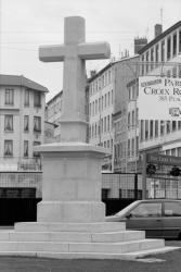 [La Croix de la place Joannès-Ambre]