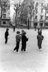 [Jeux d'enfants sur la place Maréchal-Lyautey]