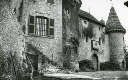 Jarnioux (Rhône). - 1re cour intérieure du Château de Clavière