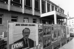 [Elections municipales de 1989 (1er tour). Affiches des candidats devant la mairie du 9e]