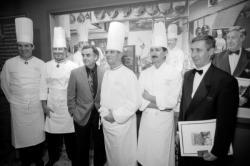 """[Inauguration de la """"Fresque des grands chefs"""" du restaurant Paul Bocuse]"""