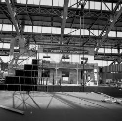 """[Biennale de la Danse de Lyon (1990). Décor pour le bal """"Il était une fois Hollywood"""" à la Halle Tony-Garnier]"""