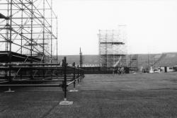 [Installation de la scène pour le concert de David Bowie au Stade de Gerland (1987)]