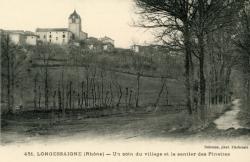 Longessaigne (Rhône). - Un coin du village et le sentier des Pinettes